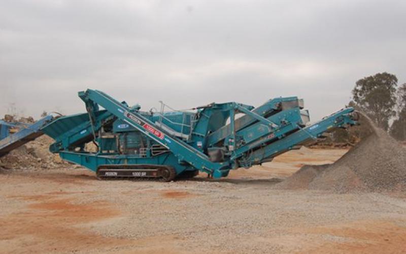Powerscreen 1000SR dans une décharge de la mine d'or de concassage de roche