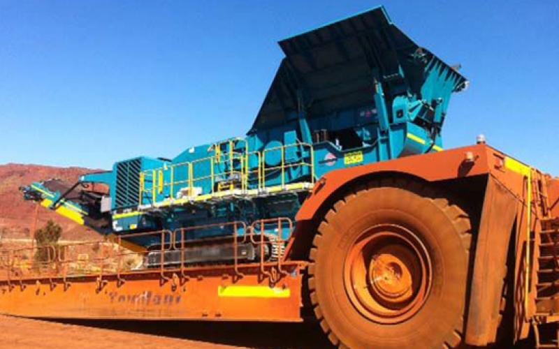 72 tonnes Powerscreen XA750S sur un surbaissée géant. Ce est l'une des plus grandes remorques là-bas.